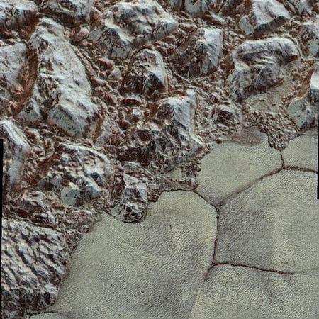 Mörk fjallendis al-Idrisi fjallanna og Sputnik Planum sléttunar. Mynd: NASA/Johns Hopkins University Applied Physics Laboratory/Southwest Research Institute